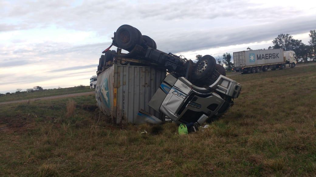 Chofer de Alem se salvó de milagro al volcar su camión en Corrientes
