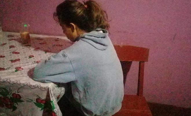 La joven brutalmente golpeada en Alem se encuentra contenida por su familia