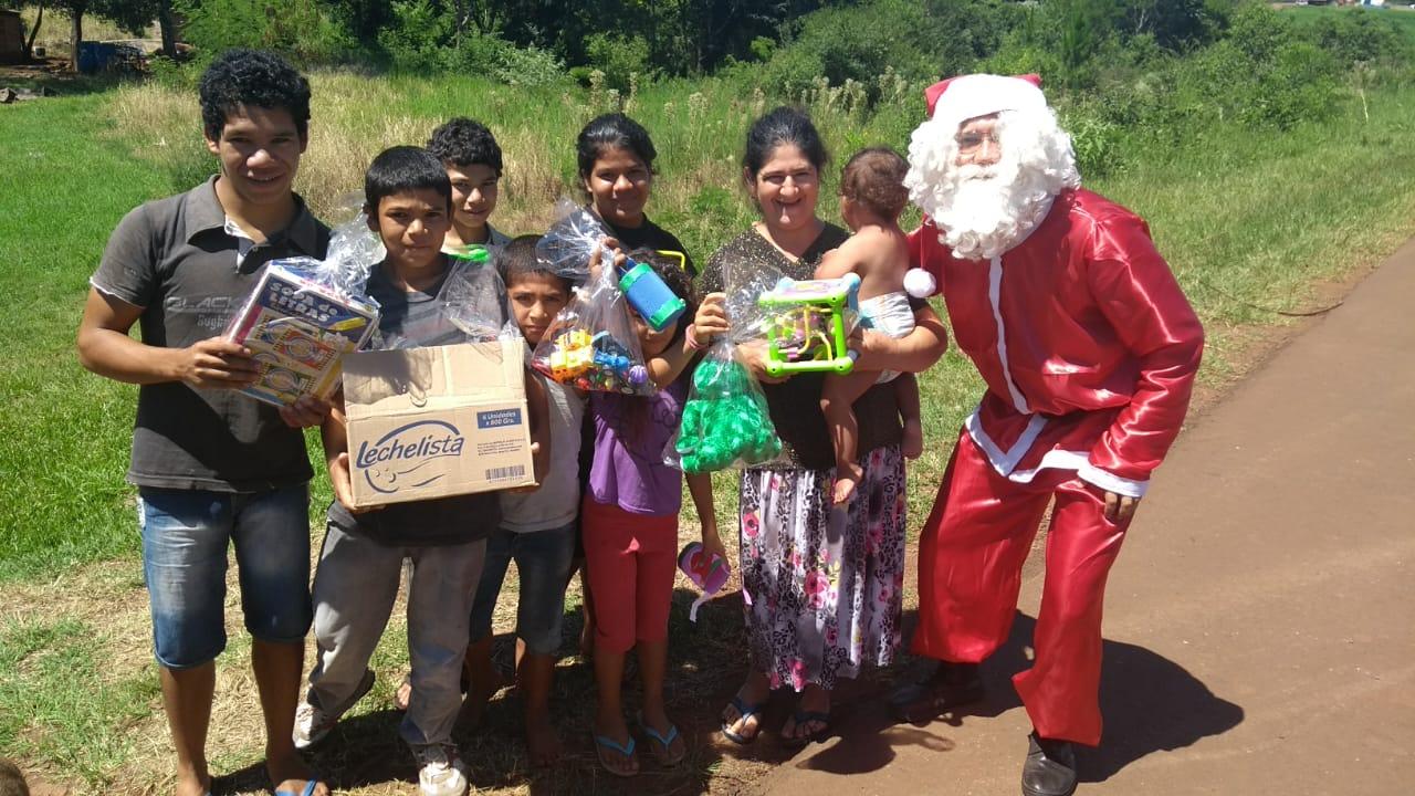 Pareja solidaria llevó regalos y sonrisas a niños carenciados de Alem y Cerro Azul