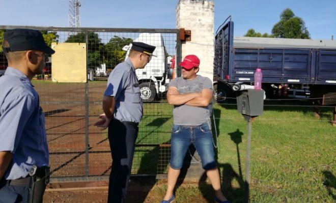 Encadenado, camionero reclamó haberes atrasados