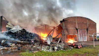 Incendio consumió por completo galpón de la firma Sudamérica