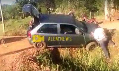 Un auto cayó en la zanja, intentaban sacarlo pero… (video)